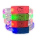 Il LED variopinto illumina il braccialetto in su infiammante per la discoteca della barra di notte (FK-3003)