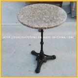 磨かれた自然なG562かえでの赤い花こう岩の石の円形のダイニングテーブルの上
