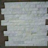 自然で純粋で白い珪岩の棚の壁の石