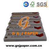 Mano de diferentes tipos de papel de fumar con excelente calidad