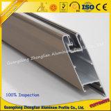 La capa del polvo perfila el marco de aluminio para la ventana y la puerta