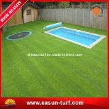 Jardín de hierba artificial al aire libre de la decoración para la piscina