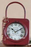 Vintage оформлены старинной оранжевый замок и ключ формы металлические поверхности стола часы