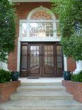 正方形の上の優雅で贅沢な錬鉄の前ドア
