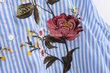 Polvo puro del color de la raya, flor crescent azul del bordado, alineada larga, floja trasera corta delantera de la camisa de algodón