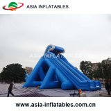 プールまたは膨脹可能で巨大なスライドが付いている水スライドを膨脹させなさい