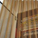 Декоративное кольцо проволочной сетки в окне висящих шторки