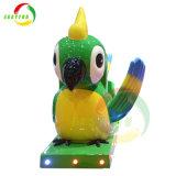 遊園地の硬貨によって作動させる鳥の振動車の子供はアーケード・ゲーム機械に乗る