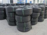 Черные пластиковые трубки подачи воды