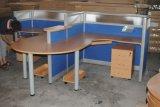 Stazione di lavoro dell'ufficio delle forniture di ufficio con il basamento mobile