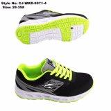 2つのカラー網の上部の子供のスポーツの靴