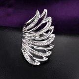 Manera con el anillo cristalino del oro blanco del diseño del ala para las mujeres