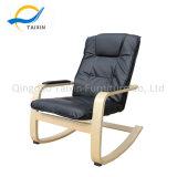 Sicherer entspannender hölzerner Schwingstuhl für Gäste