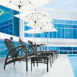 Удобная для использования вне помещений плетеной мебели Sun на шезлонге у бассейна в отеле