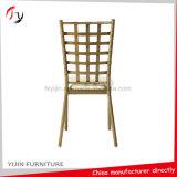 2017最新の金および黒い装飾された高品質の商業結婚式の椅子(AT-305)