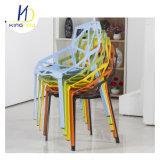 Silla amontonable del plástico de los PP coloridos respirables de la parte posterior y del asiento