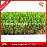Naturaleza que parece impermeable ajardinando la hierba artificial del césped