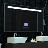 つけられたハイエンド贅沢な浴室の壁蛍光バックライトを当てられたミラー