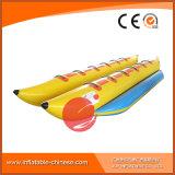 Os peixes infláveis voam o barco que flutua no mar (T12-409)
