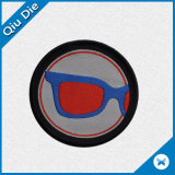 클럽 로고를 가진 원형 또는 둥근 피복에 의하여 길쌈되는 기장 또는 패치