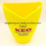 Пластичное ведро льда цвета желтого цвета штанги