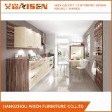 部屋の現代デザインにラッカードアのパネルが付いているモジュラー食器棚の家具を示しなさい