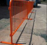Barriera di controllo di folla di traffico con i piedi piani