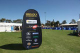 L'événement extérieur d'impression Teindre-Secondaire de bonne qualité annonçant l'exposition à l'extérieur sautent vers le haut un drapeau de vue avec le stand promotionnel graphique de signe d'étalage de jour de jeu de sports de golf