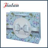 Flores de papel de marfil laminadas brillantes y bolsa de papel impresa del regalo del Bowknot