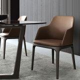 椅子を食事する北欧様式のホームレストランのコーヒー
