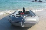 Надувной понтон лодки для рыбалки на лодке на пляже с электродвигателем