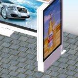 La route urbaine signe Powerd solaire annonçant la gare routière de cadre léger