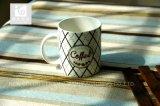 De ceramische Mok van de Koffie binnen Aangepast Embleem