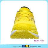 Diseño de calzado deportivo amarillo para los hombres