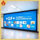 Caixa leve de anúncio fixada na parede interna da exposição do aeroporto