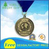 """Античная серебряная медаль с черными тесемкой и письмом «Yukan """""""