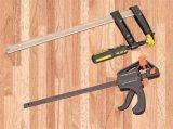 La mano lavora il morsetto/spalmatore rapidi di azione per l'OEM di DIY