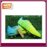 Футбол спортсмена обувает ботинок футбола с высоким качеством
