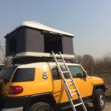 Accampandosi fuori dalla tenda dura della parte superiore del tetto dell'automobile della tenda del rimorchio delle coperture della vetroresina della strada