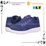 人の運動靴のスポーツの靴