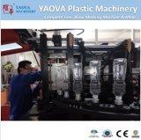 Kleine Plastikmineralwasser-Flasche, die Maschine herstellt