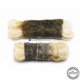 Сушеной рыбы кожу завернутые Rawhide кости собака рассматривает