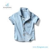 I ragazzi sottili blu-chiaro di nuovo stile di modo mettono la camicia in cortocircuito del denim del manicotto dai jeans della mosca