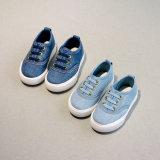 熱い販売の子供の靴のサイズ18から33の男女兼用の男の子および女の子のジーンズのキャンバスの静かに唯一の平らな靴