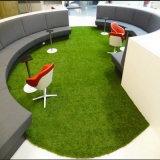 Einfache Installations-künstliches Gras für gemütliches kleines Haus