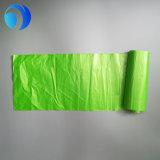 緑のタイのハンドルの大きいプラスチックごみ袋