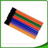 Bureau d'élève d'école diplômée en rond, crayon en bois triangulaire et hexangulaire d'HB dans le cadre de couleur pour des gosses