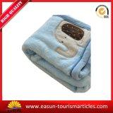 中国の工場刺繍が付いている珊瑚の羊毛の赤ん坊毛布