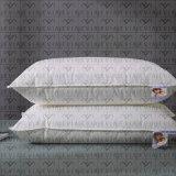 Jivea-는 리넨 호텔 침대 시트 놓인 자수 베갯잇을 만들었다