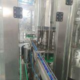 L'eau minérale de l'embouteillage de la machine